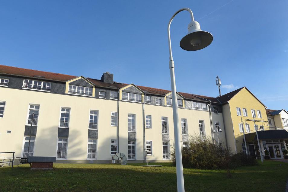 Bei der Straßenbeleuchtung, wie hier vor dem Pflegestift, will Seifhennersdorf künftig sparen - mit moderner LED-Beleuchtung.