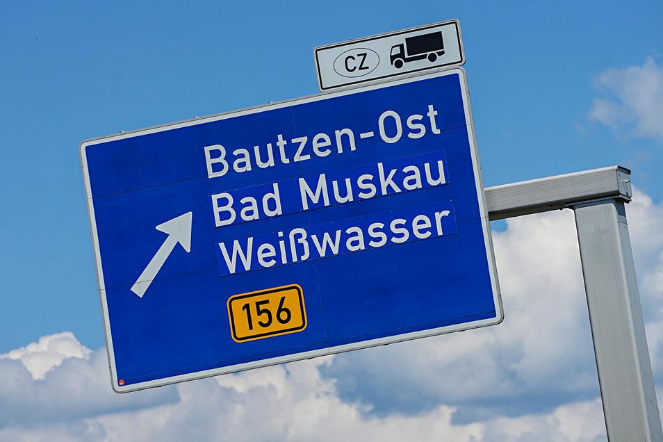 Kleines Schild, große Wirkung: An der Abfahrt Bautzen-Ost werden Lkws nach Tschechien von der A 4 geleitet. Dabei könnten sie noch weiter auf der Autobahn fahren.