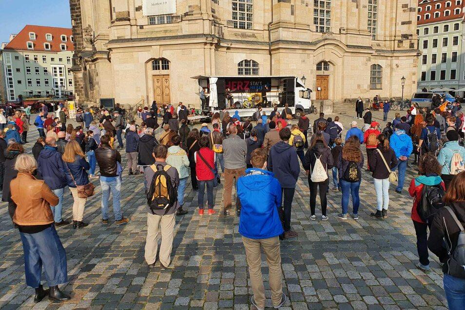 In der Dresdner Innenstadt ist am Sonntag für Toleranz und Weltoffenheit sowie gegen Pegida demonstriert worden.