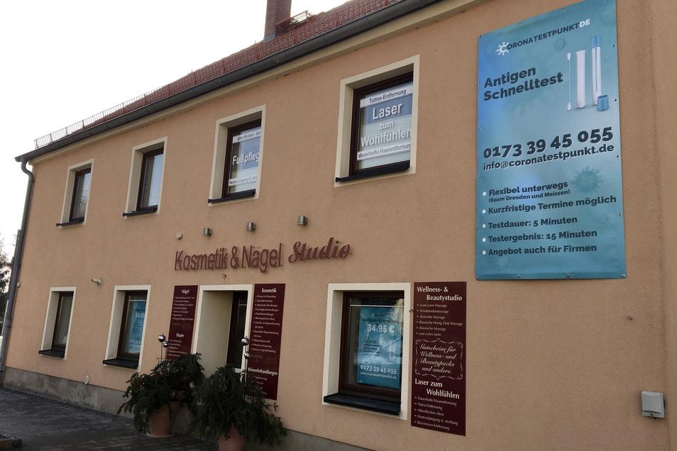 Das große Banner am Kosmetik-Studio in Boxdorf weist auf die Testmöglichkeit hin.