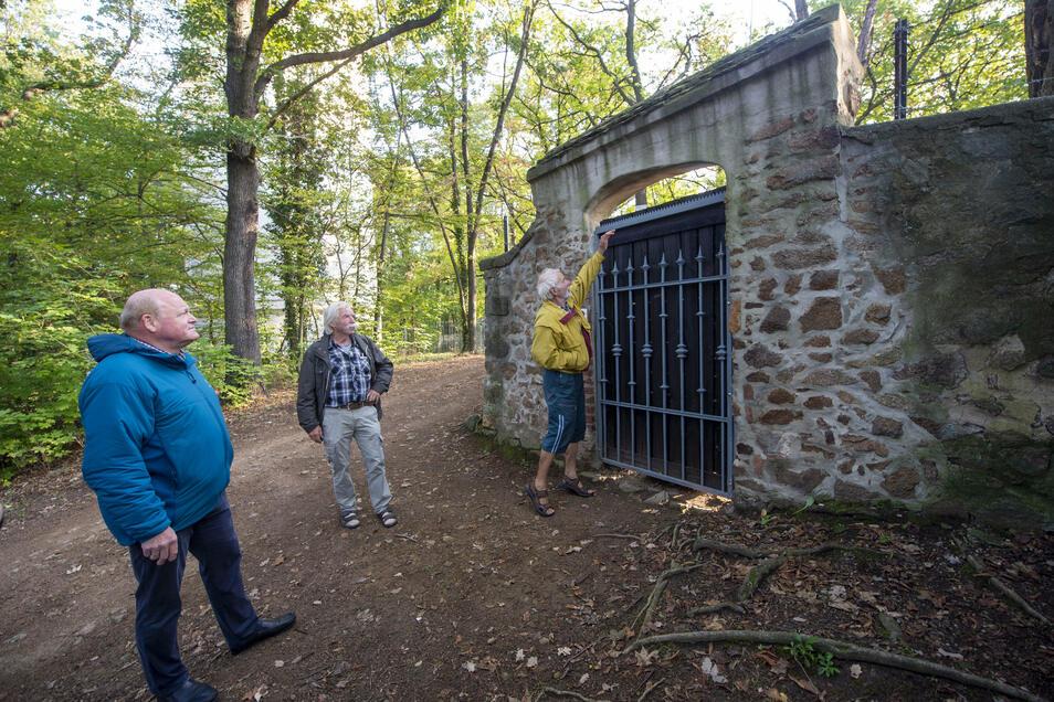 Vor dem Aussichtspunkt König-Friedrich-August-Höhe: Mit dem verschlossenen Tor können sich Frank Paschka, Wolfgang Jacobi und Tassilo Schmalfeld (v.l.n.r.) definitiv nicht anfreunden.