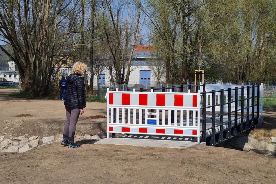 Verwunderung über die lange Sperre der neuen Brücke am Elbeweg in Kötzschenbroda.
