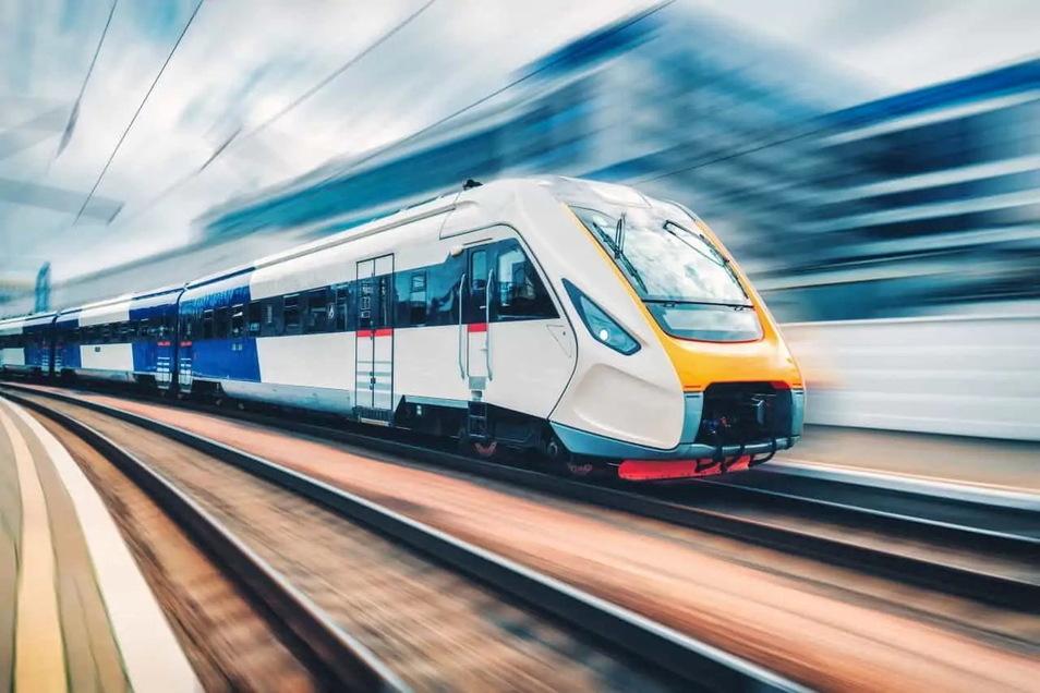 Eine Vision für die Zukunft: Elektrisch angetriebene Züge rollen zwischen Dresden und Görlitz durch die Oberlausitz. Diskutiert wird darüber schon lange. Doch wann wird es umgesetzt?