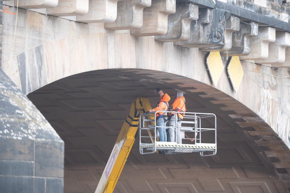 Gutachter sind hier dabei, beim Brücken-TÜV das Bauwerk auf seinen Zustand zu untersuchen.