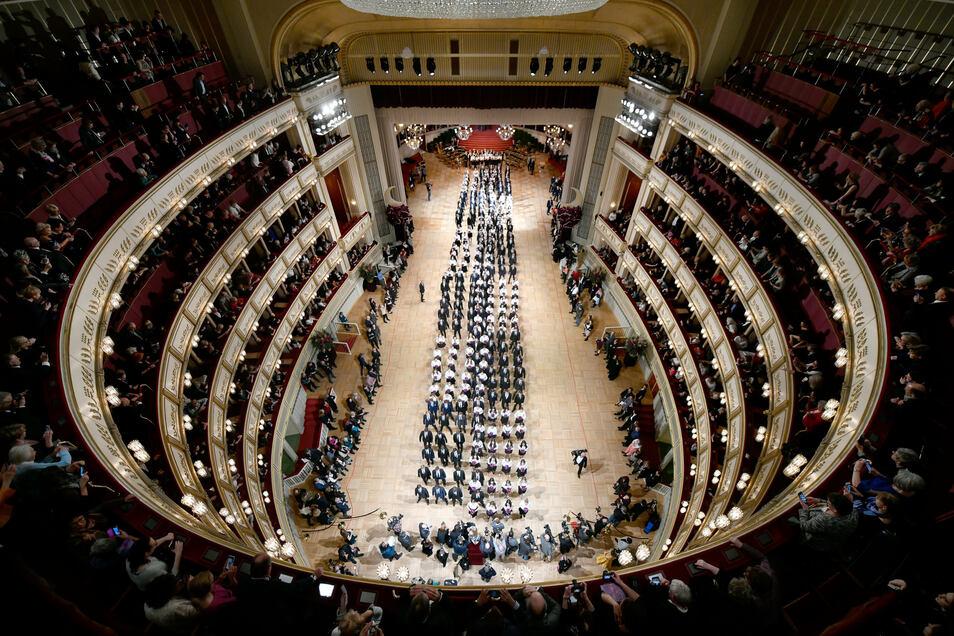 Debütantenpaare befinden sich in der Wiener Staatsoper während der Generalprobe für den Opernball, der im Februar 2020 noch problemlos stattfinden konnte.