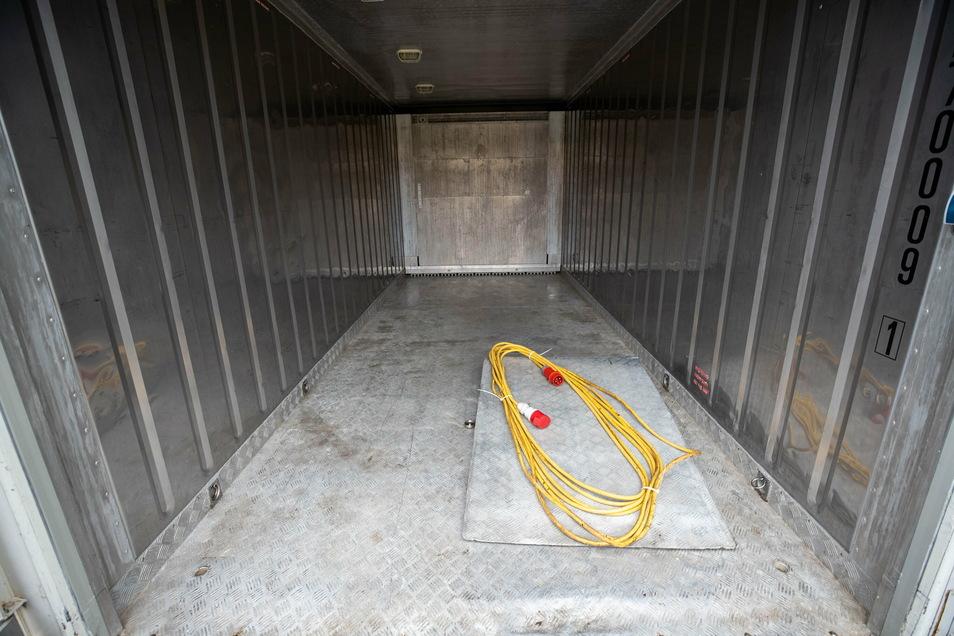 So sieht die Notlösung von innen aus. Etwa zwanzig Särge könnten in der mobilen Kühlkammer Platz finden.