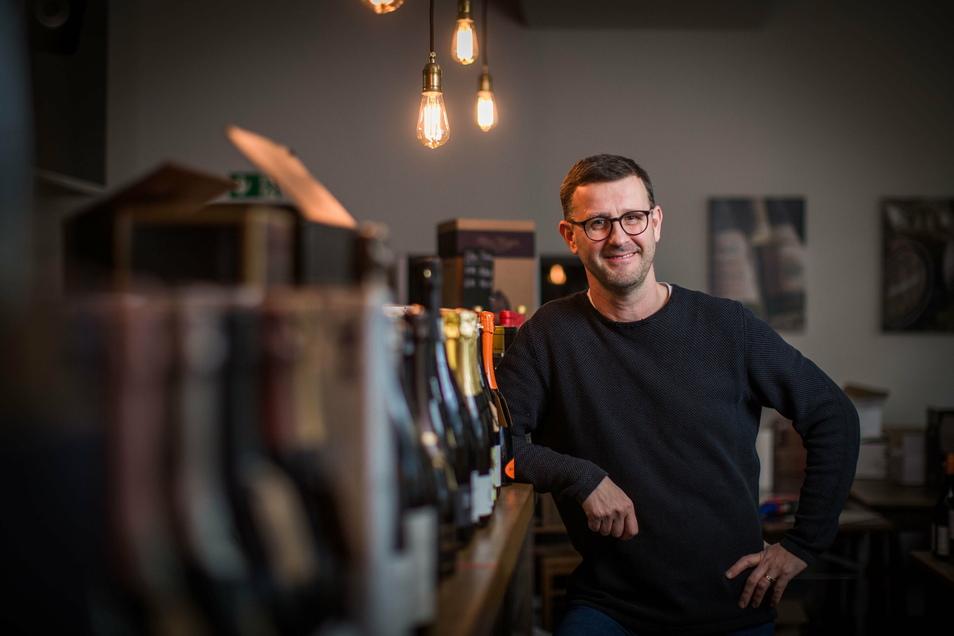 Jens Pietzonka darf in seiner Weinzentrale in der Dresdner Neustadt keine Gäste mehr bewirten. Für solche Fälle hat der Staat schnelle Novemberhilfe versprochen. Doch selbst die Abschlagszahlung ist noch nicht da.