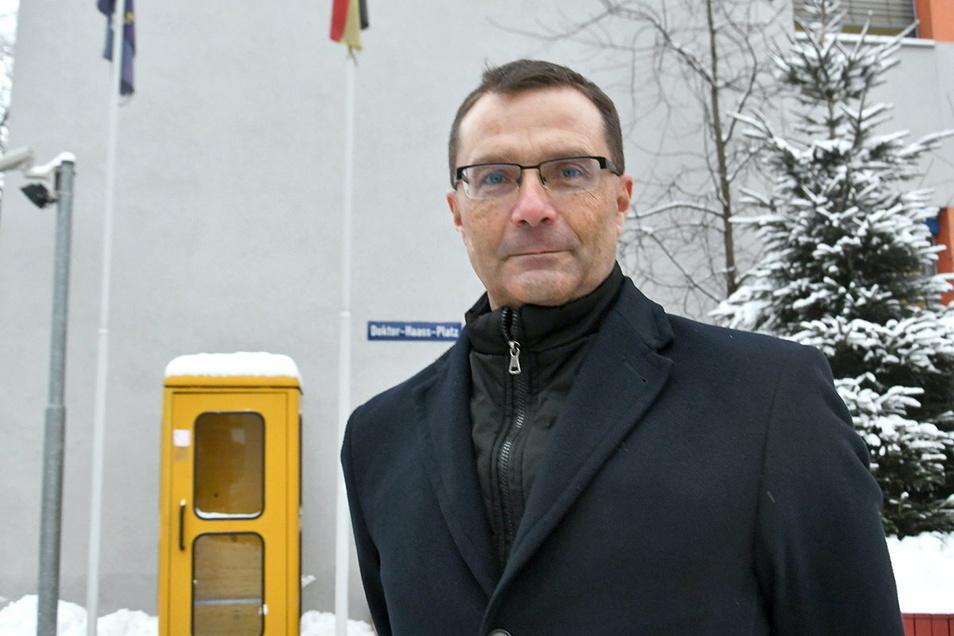 Mit deutscher, gelber Telefonzelle: Uwe Beck leitet die Deutsche Schule in Moskau.