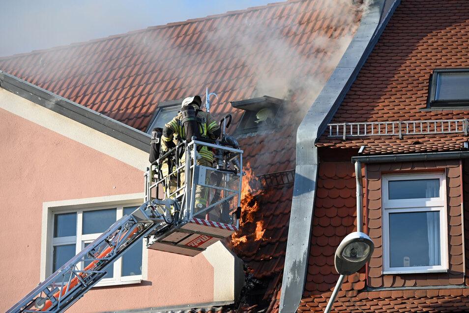Einsatzkräfte der Feuerwehr löschten die Flammen mit einer Drehleiter von oben.