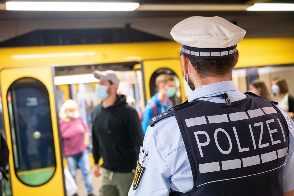 Fahrgäste in Bus und Bahn müssen sich auf eine stärkere Kontrolle der Maskenpflicht einstellen.