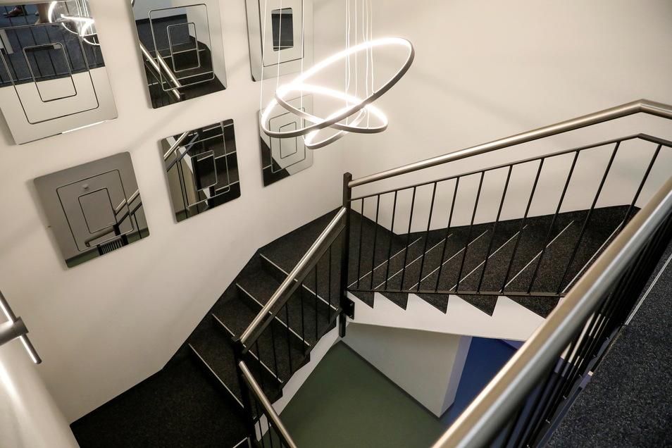 Blick ins Treppenhaus des neuen Firmen-Anbaus. Carmen und Thomas Krusekopf sind große Kunstfreunde und -Förderer.
