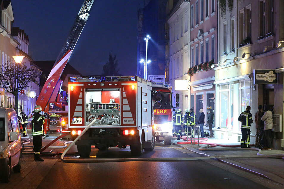 In einer alten Tischlerei auf der Großenhainer Straße brach ein Feuer aus.