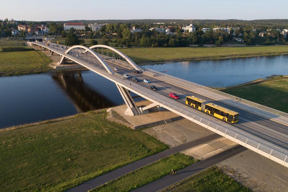 Die Waldschlößchenbrücke wird gut genutzt. Über elf Millionen Autos und mehr als eine Million Radfahrer rollen im Jahr darüber.