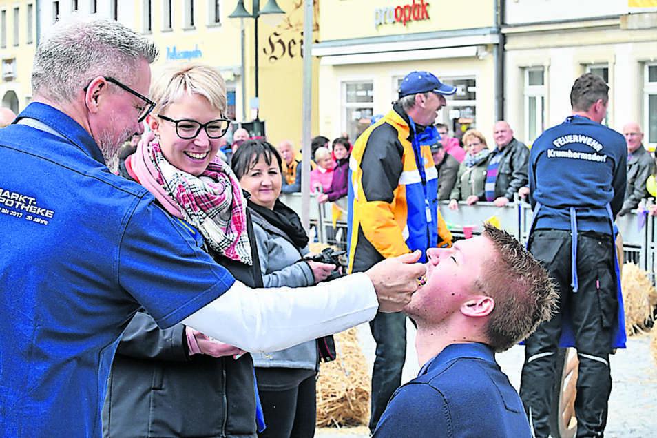 Apotheker Jens Lohmann verabreicht eine Schluckimpfung.