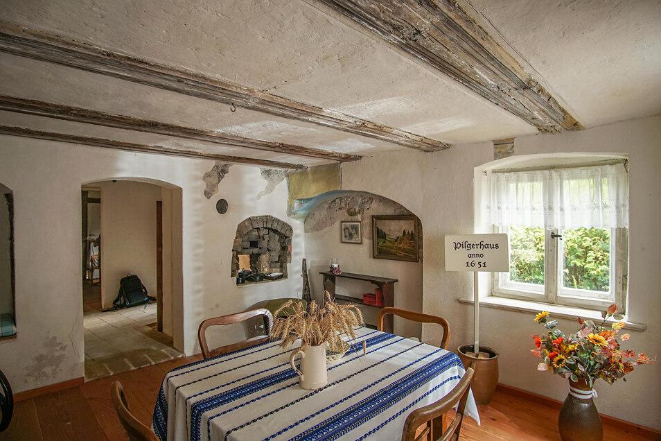 So einladend sieht die kleine Stube im Pilgerhäusel Weißenberg aus. Gäste können dort trotzdem nicht verweilen. Der Grund: Es fehlen noch ein paar bauliche Dinge.