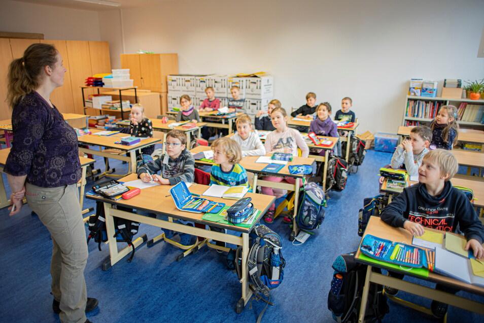 Endlich wieder in der eigenen Schule lernen. Die Mädchen und Jungen der Grundschule Oberlichtenau freuen sich über den Umzug ins sanierte Haus.