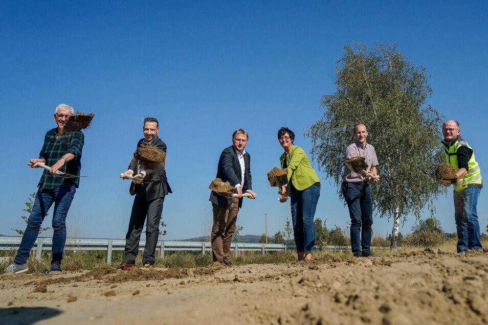 Zum ersten Spatenstich für die Erweiterung des Gewerbegebietes Wassergrund trafen sich Vertreter der Gemeinden Sohland und Oppach, von Abwasserzweckverband und ausführenden Firmen.