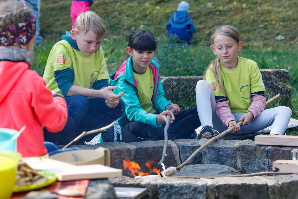 Kinder bereiteten sich auch Stockbrot zu.