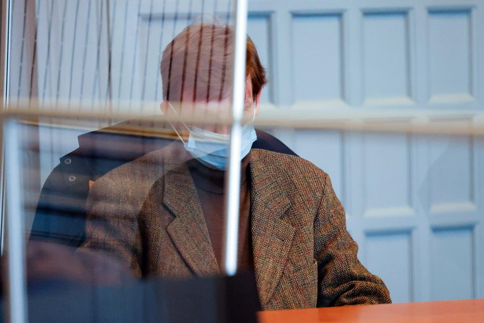 Der Angeklagte sitzt im Gerichtssaal in Kiel. Zusammen mit seiner Frau und seiner Mutter hatte er 14 Lebens- und Unfallversicherungen in Höhe von rund 4,1 Millionen Euro abgeschlossen.
