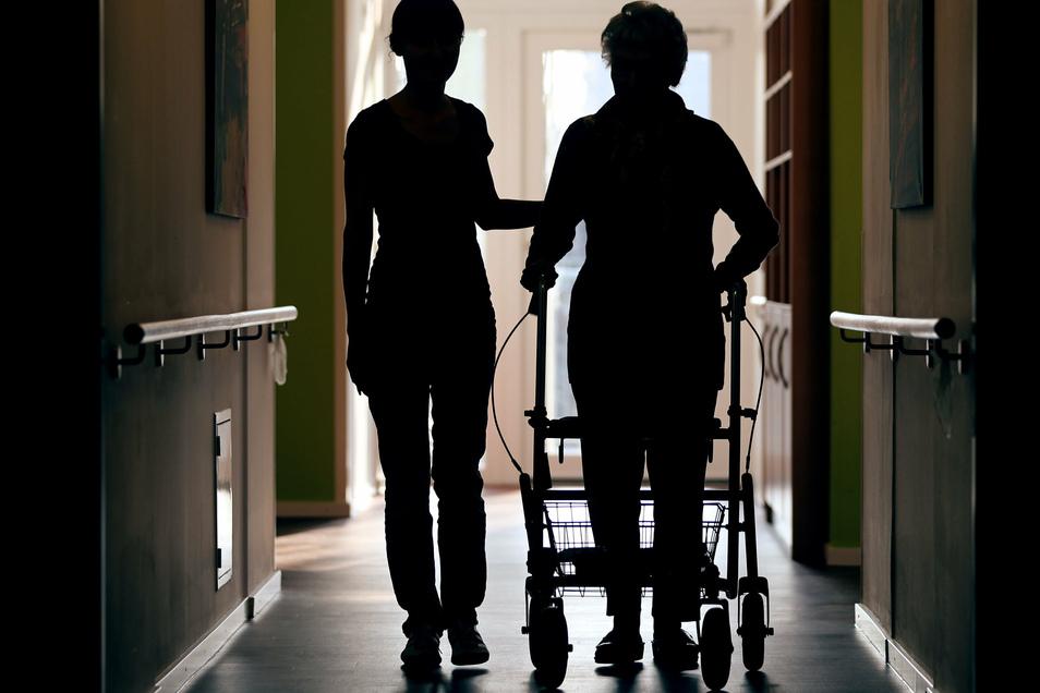 Sachsens Diakonie fordert Verbesserungen in der Pflege - unter anderem Tarifbezahlung für Pflegekräfte.