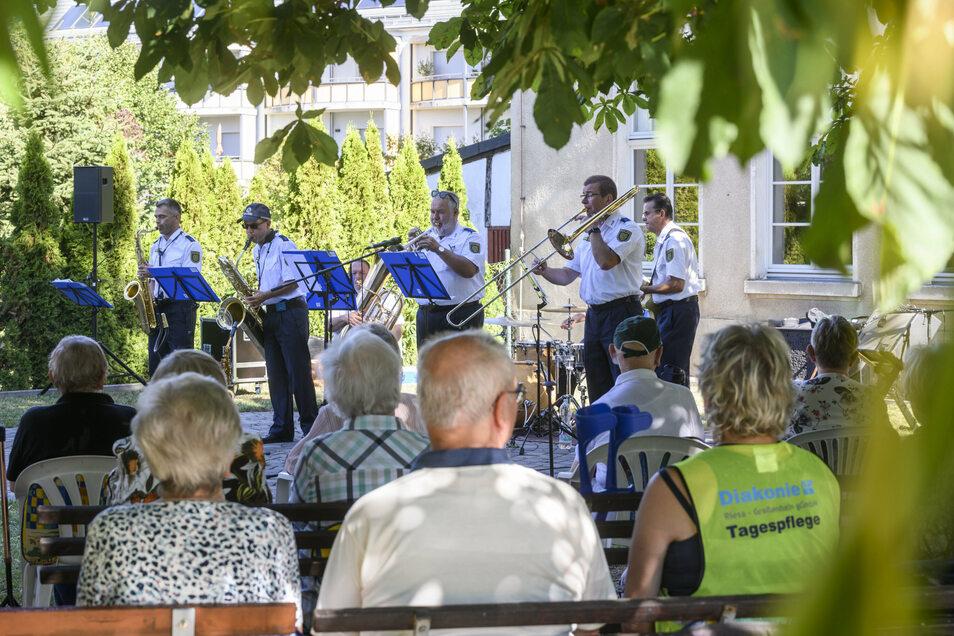 Ein Freiluftkonzert für Senioren in Riesa bescherte die Dixieland-Band des Polizeiorchesters Sachsen.
