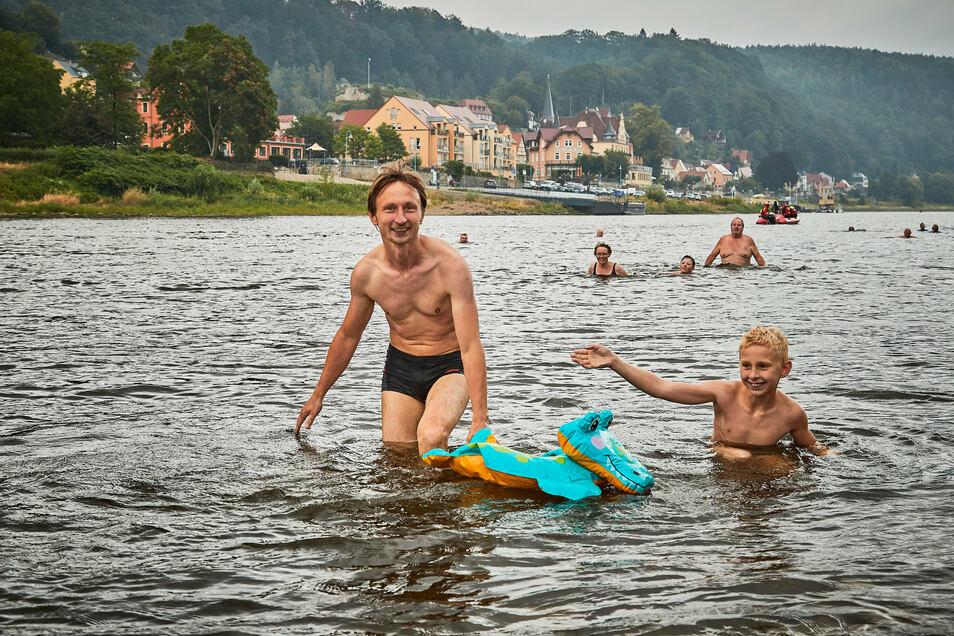 Spaß für Großvater, Vater und Sohn: Den wird es sicher beim Elbeschwimmen 2022 wieder geben.
