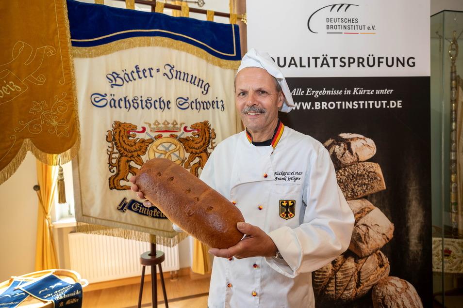 Obermeister Frank Gröger mit einem Mischbrot, das jetzt beim Kauf einen schönen Nebeneffekt hat.