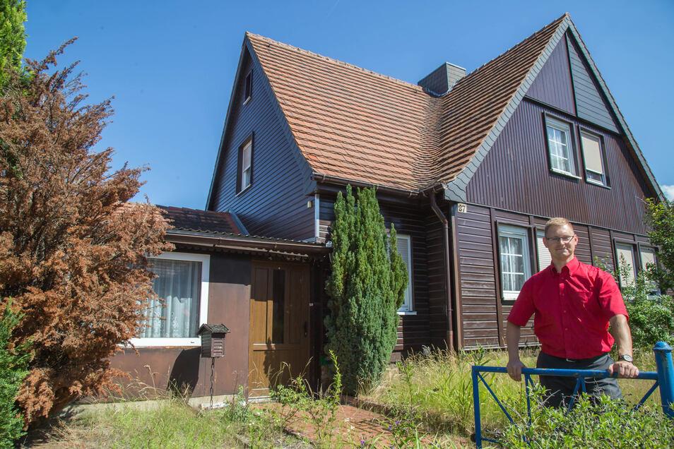 David Kruse ist der Mann für Immobilien bei der Sparkasse in Niesky. Eines der angebotenen Objekte ist das Holzhaus in der Christophstraße. Das hat nun einen neuen Besitzer.