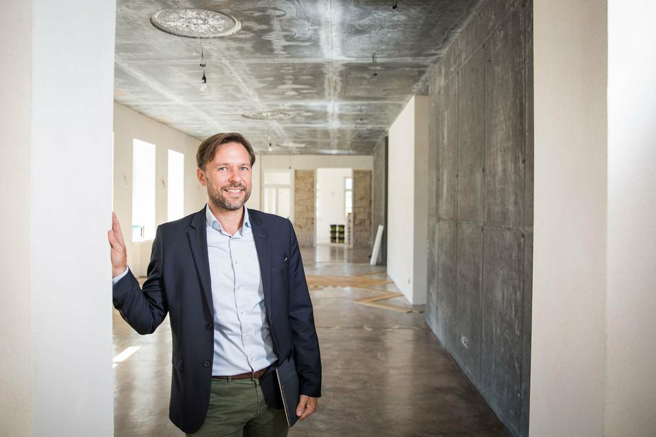 Mischt Historisches mit Modernem: Architekt Jan Tröber hat in die Leichtbetondecken Gussrosetten gießen lassen.