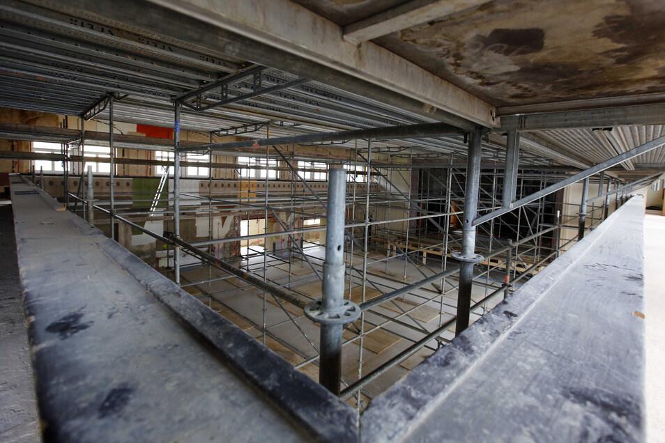 Der große Saal des früheren Großröhrsdorfer Kulturhauses ist derzeit komplett eingerüstet. Im Dezember sollen hier die ersten Veranstaltungen über die Bühne gehen.
