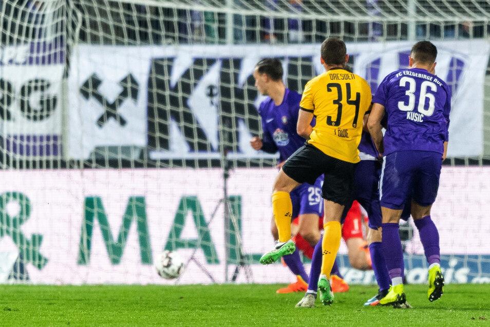 Kurz zuvor eingewechselt, trifft Dynamo-Eigengewächs Justin Löwe zum 2:1 für die SGD.