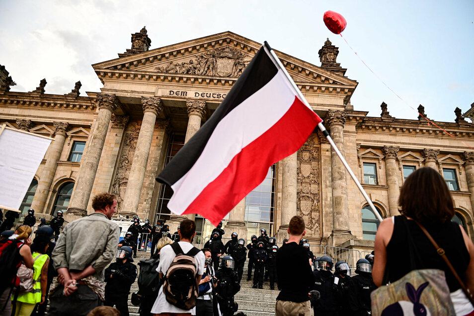 Gegner der Corona-Maßnahmen gegen die Polizei: Szenen wie diese spielten sich im Sommer häufig in Berlin ab. Zu den Anführern der Proteste gehörte der Verschwörungsideologe und Vegan-Koch Attila Hildmann.