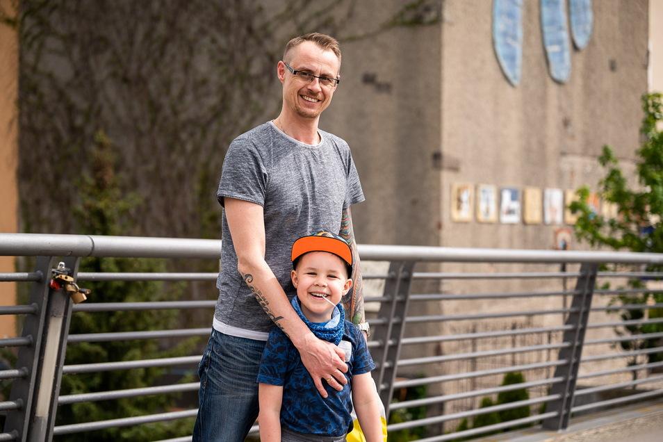 Fernando Krämer mit Sohn Leandro auf der Altstadtbrücke: Sie waren Zigaretten holen.