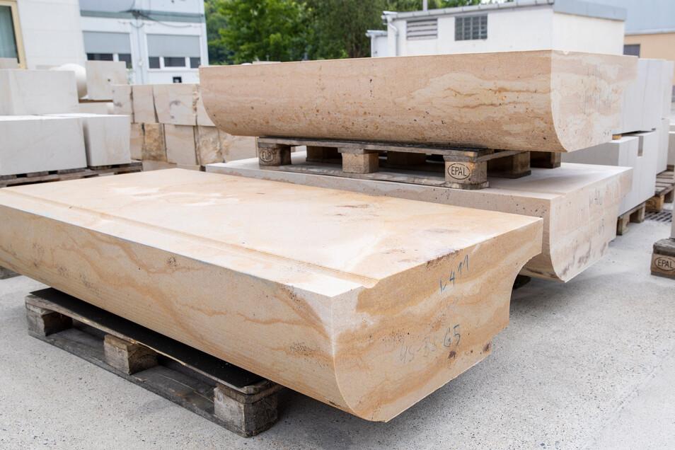 Das sind neu gefertigte Gesimssteine, die jetzt zur Augustusbrücke gebracht werden.
