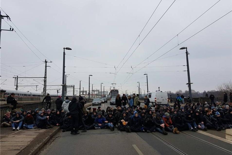Linke Demonstranten haben zuvor auf der Marienbrücke einen Marsch der der Anhänger des Rechtsextremisten Gerhrad Ittner von der Altstadt in die Neustadt verhindert.