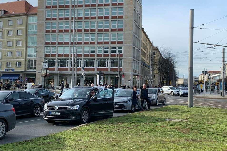 Der Pirnaische Platz wurde für den Verkehr abgeriegelt.