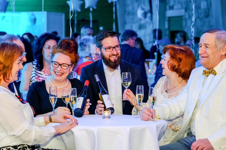 Weiße Nacht auf Schloss Wackerbarth. Anja Frölich vom Weingut Schloss Proschwitz - Prinz zur Lippe und Stephan Czerch vom Weingut Rothes Gut Meißen stellen ihre Weine der Familie Müller aus Ebersbach (l.) und Familie Möller aus Meißen vor.