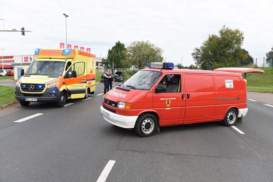 Mehrere Fahrzeuge der Feuerwehr sowie des Rettungsdienstes sind im Einsatz.