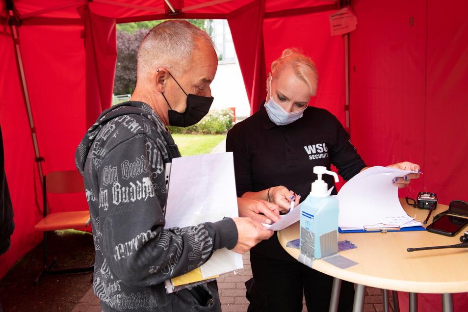 Am Eingang zum Impfzentrum wartet bereits eine erste Registrierung. Janett Mickel (r.) von der Security war am Mittwoch im Dienst.