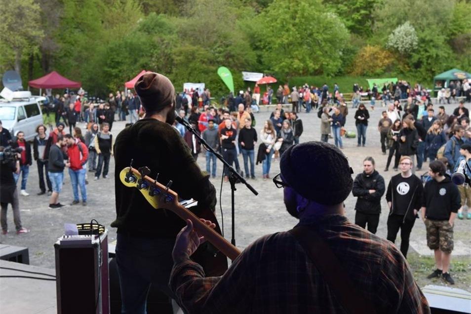 Die syrische Band Khebez Dawle. Die fünf Musiker haben auf ihrer Flucht Konzerte gespielt, um nach Deutschland zu kommen. Nun sind sie bei Laut gegen Nazis dabei.