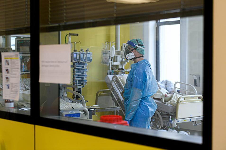 In den Krankenhäusern des Landkreises Mittelsachsen werden immer weniger Patienten mit einer Corona-Infektion behandelt. Unter diesen sind aber noch schwere Fälle, die auf der Intensivstation betreut und beatmet werden müssen.
