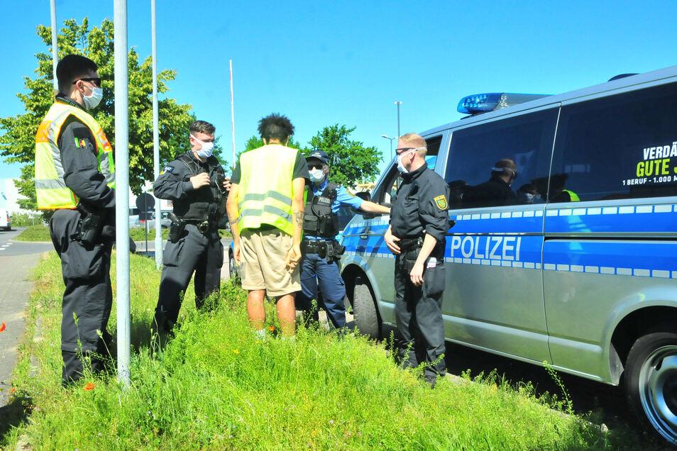 Polizei kontrolliert in Lampertswalde aus dem Gewerbegebiet ausfahrende Fahrzeuge nach Betäubungsmitteln.