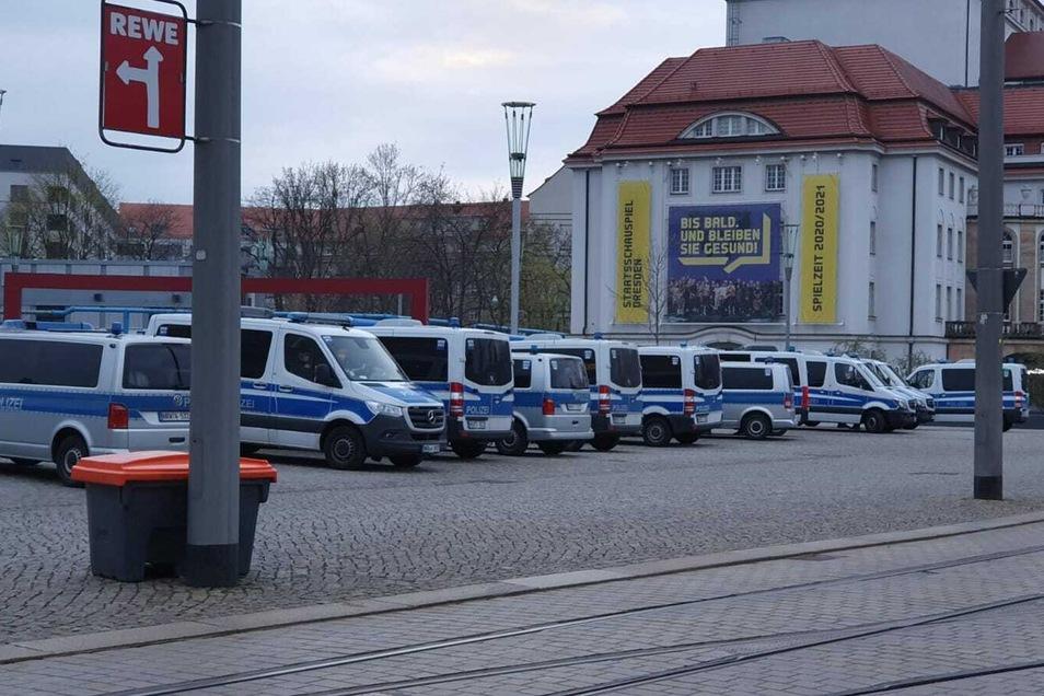 Am Abend füllt sich der Postplatz noch einmal mit Polizeiautos - der Einsatz ist noch nicht zuende.