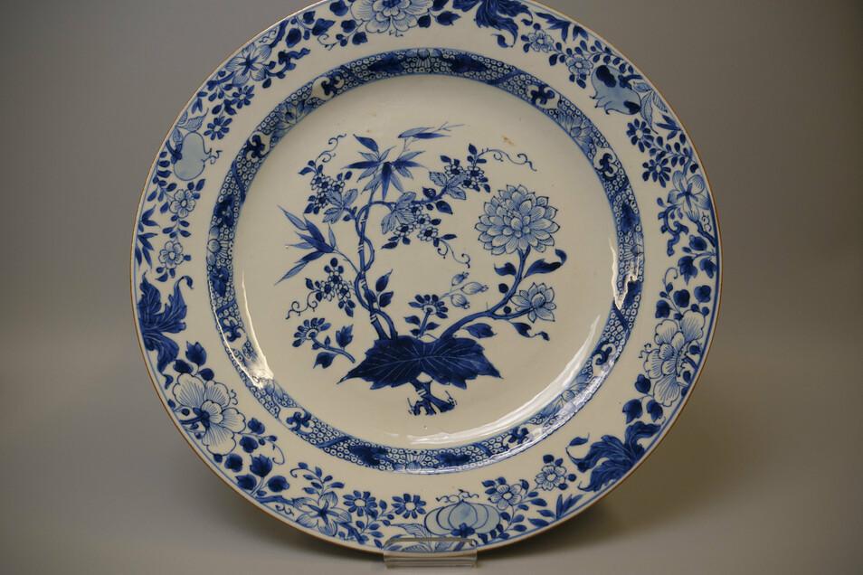 Dauerleihgaben von Sammlern bereichern seit 2020 einmal mehr den Sammlungsbestand der Meissen Porzellan-Stiftung. Dazu zählt zum Beispiel ein Teller mit dem Dekor Zwiebelmuster, der zwischen 1730 und 1740 in China gefertigt wurde.