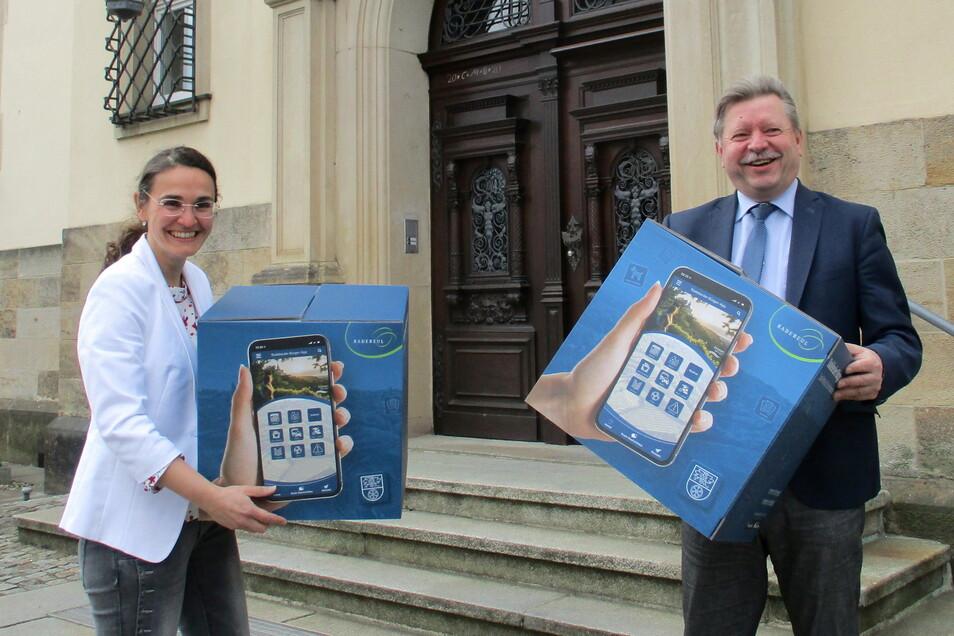 Oberbürgermeister Bert Wendsche (r.) und Daniela Bollmann, Leiterin Zentrale Leitstelle, stellten im Rathaus die Bürger-App vor. Auf Kartons war die neue Funktion für Smartphone und Tablet abgebildet.