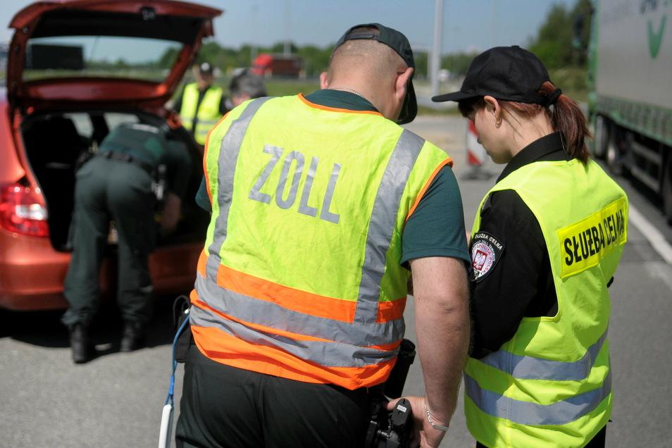 Zoll-Mitarbeiter bei einer Kontrolle an der Autobahn A 4 in Görlitz-Ludwigsdorf.
