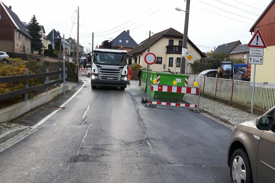 Die Sperrscheibe bleibt erst einmal stehen. Die Sperrung der Großröhrsdorfer Straße in Lichtenberg dauert länger als geplant.