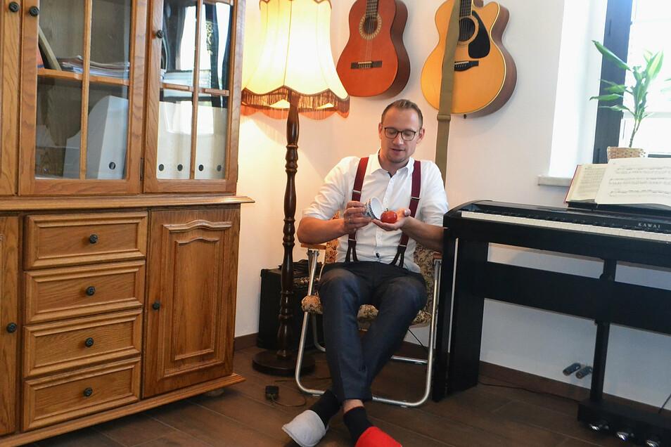 Gefragter Trick bei Familienfeiern: Zauberkünstler Florian Steinborn lässt in seinem Arbeitszimmer Tomaten erscheinen.