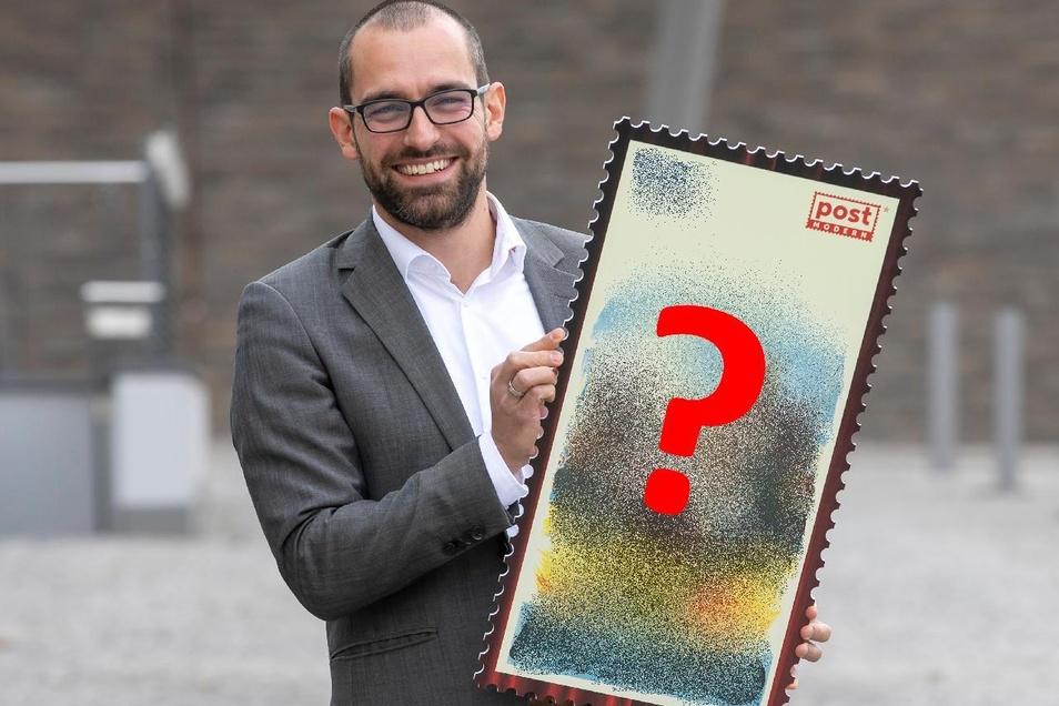 Alexander Hesse, Marketingleiter bei Post Modern, sucht das Motiv für die Briefmarke zu Freitals 100-jährigem Stadtjubiläum.