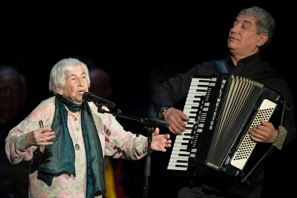 Esther Bejarano singt bei der Feier des 80. Geburtstages von Rolf Becker im Schauspielhaus in Hamburg.